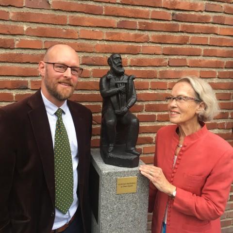 Museichefen Tomas Järliden och hedersledamoten Barbro Järliden