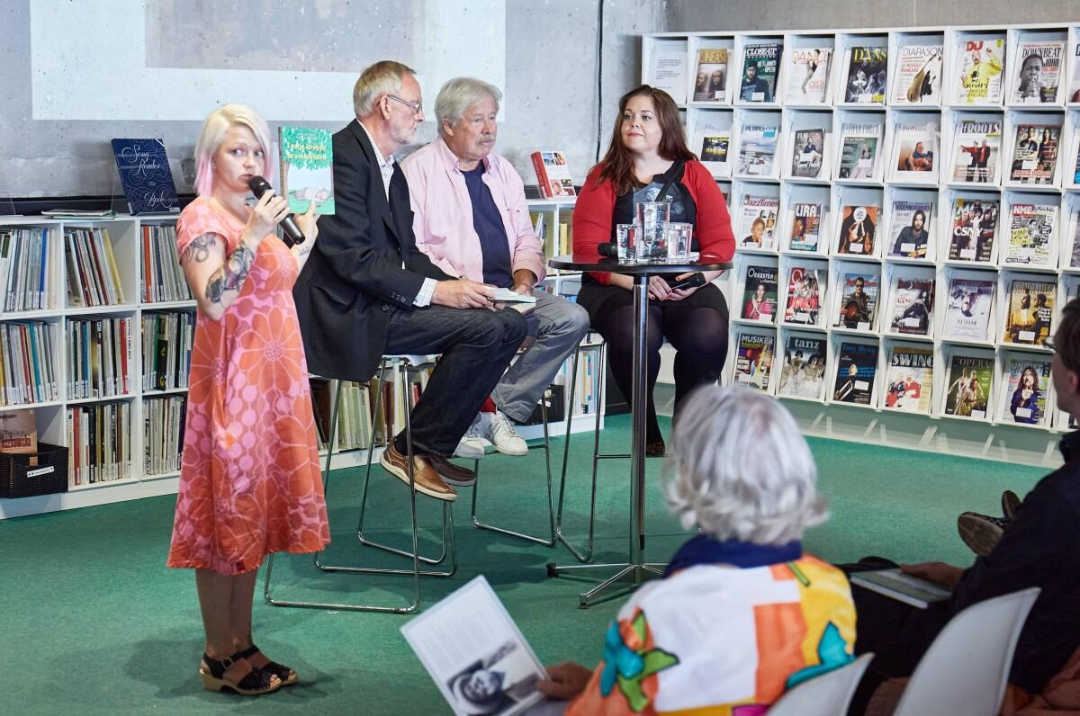 """Sven Wollter, Malin i Biller och Tomas Sköld samtalade om  Gustaf Fröding vid presentationen av boken """"I varje droppe är en ädelsten"""" (Foto: Rolf Lindby)"""